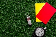 Красные и желтые карточки на зеленом взгляд сверху предпосылки Стоковые Изображения