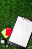 Красные и желтые карточки на зеленом взгляд сверху предпосылки Стоковые Фотографии RF