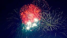 Красные и желтые фейерверки взрывают в ночном небе сток-видео