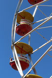 Красные и желтые автомобили от колеса ferris стоковые фото