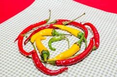Красные и желтые горячие перцы в круге Стоковая Фотография RF