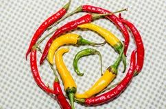 Красные и желтые горячие перцы в круге Стоковые Изображения