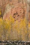 Красные и желтые жилища troglodyte в Dahkmar, мустанге Стоковое фото RF