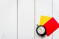 Красные и желтые карточки на деревянном взгляд сверху предпосылки Стоковое Фото