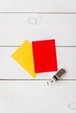 Красные и желтые карточки на деревянном взгляд сверху предпосылки Стоковое фото RF