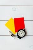 Красные и желтые карточки на деревянном взгляд сверху предпосылки Стоковые Изображения RF
