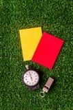 Красные и желтые карточки на зеленом взгляд сверху предпосылки Стоковая Фотография