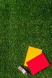 Красные и желтые карточки на зеленом взгляд сверху предпосылки Стоковая Фотография RF