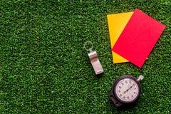 Красные и желтые карточки на зеленом взгляд сверху предпосылки Стоковые Фото