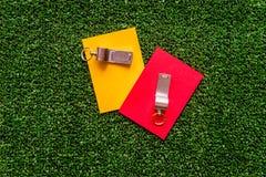 Красные и желтые карточки на зеленом взгляд сверху предпосылки Стоковое Фото