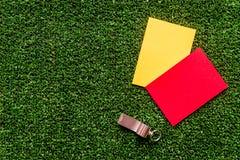 Красные и желтые карточки на зеленом взгляд сверху предпосылки Стоковые Изображения RF