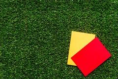 Красные и желтые карточки на зеленом взгляд сверху предпосылки Стоковое Изображение RF