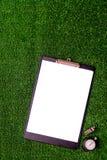 Красные и желтые карточки на зеленом взгляд сверху предпосылки Стоковое фото RF