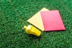 Красные и желтые карточки на зеленом конце предпосылки вверх Стоковое фото RF