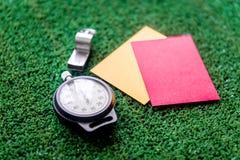 Красные и желтые карточки на зеленом конце предпосылки вверх Стоковое Изображение RF