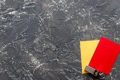 Красные и желтые карточки на темном взгляд сверху предпосылки Стоковые Фото