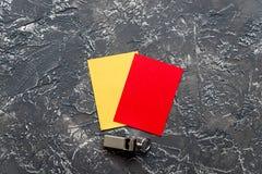 Красные и желтые карточки на темном взгляд сверху предпосылки Стоковая Фотография