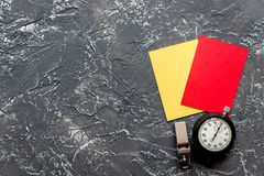 Красные и желтые карточки на темном взгляд сверху предпосылки Стоковые Фотографии RF