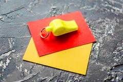 Красные и желтые карточки на темном конце предпосылки вверх Стоковое Фото