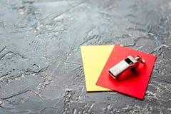 Красные и желтые карточки на темном конце предпосылки вверх Стоковые Фотографии RF