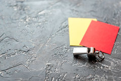 Красные и желтые карточки на темном конце предпосылки вверх Стоковая Фотография RF