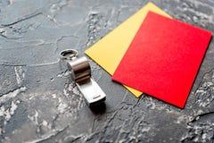 Красные и желтые карточки на темном конце предпосылки вверх Стоковая Фотография
