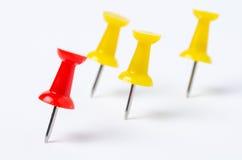 Красные и желтые pushpins Стоковая Фотография RF