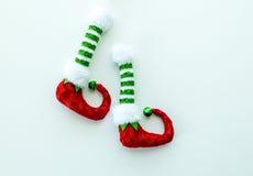 Красные и зеленые ботинки эльфа изолированные на белизне Стоковое фото RF