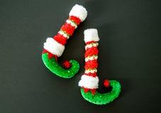 Красные и зеленые ботинки эльфа изолированные на сером цвете Стоковые Изображения