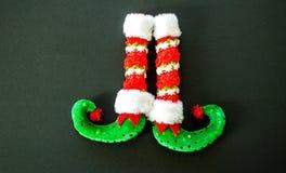 Красные и зеленые ботинки эльфа изолированные на сером цвете Стоковые Фотографии RF