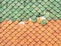 Красные и зеленые плитки крыши Стоковое Фото