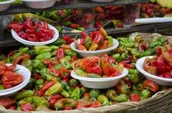 Красные и зеленые chilis Стоковые Изображения