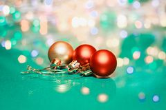 Красные и золотые шарики и освещенный фестон с фонариками Макрос безделушек рождества с bokeh Свет зимы праздничный стоковое изображение rf