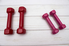 Красные и розовые гантели Стоковые Фото