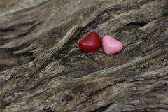 Красные и розовые сердца конфеты на дереве Стоковая Фотография RF