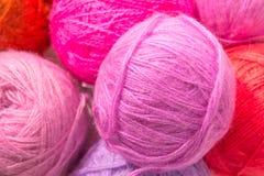 Красные и розовые шерстяные пасма потока Стоковые Фото