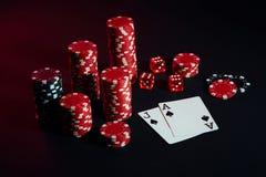 Красные и черные обломоки для играя в азартные игры и играя карточек на черной предпосылке Стоковое Изображение RF
