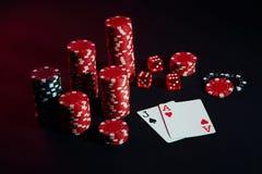 Красные и черные обломоки для играя в азартные игры и играя карточек на черной предпосылке Стоковая Фотография RF