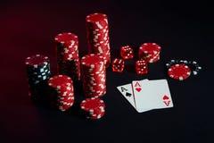 Красные и черные обломоки для играя в азартные игры и играя карточек на черной предпосылке Стоковое Фото