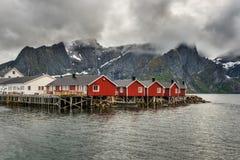 Красные кабины рыбной ловли в Hamnoy, Норвегии стоковые фото