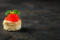 Красные канапе или сэндвич икры с красными рыбами семг закуски, морепродуктами еда вареников предпосылки много мясо очень Взгляд  стоковое изображение rf