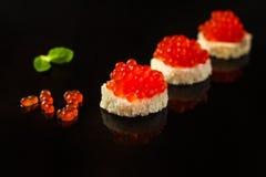 Красные канапе или сэндвич икры с красными рыбами семг закуски, морепродуктами еда вареников предпосылки много мясо очень Взгляд  стоковые изображения