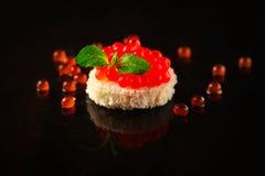 Красные канапе или сэндвич икры с красными рыбами семг закуски, морепродуктами еда вареников предпосылки много мясо очень Взгляд  стоковое изображение