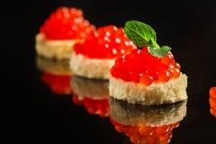 Красные канапе или сэндвич икры с красными рыбами семг закуски, морепродуктами еда вареников предпосылки много мясо очень Взгляд  стоковые изображения rf