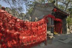 Красные карточки желания в Пекине Стоковая Фотография