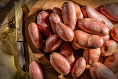 Красные картошки и нож Стоковая Фотография RF