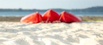 Красные каяки на тропическом пляже стоковая фотография rf