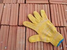 Красные кирпичи и перчатка Стоковые Фото