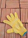 Красные кирпичи и перчатка Стоковые Изображения RF