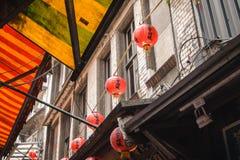 Красные китайские фонарики над тентами стоковые изображения